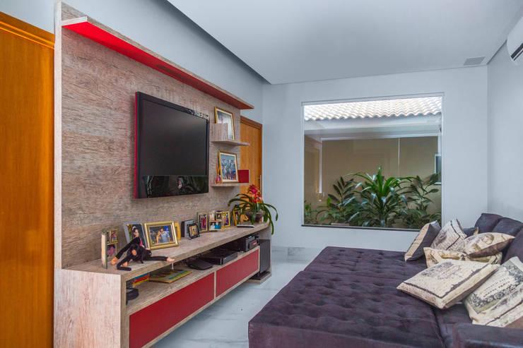Salas multimedia de estilo  por Daniele Galante Arquitetura