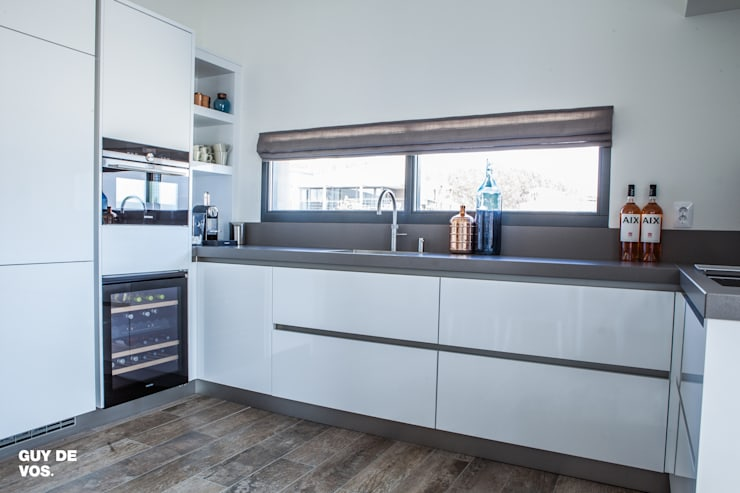 Punt-West: moderne Keuken door Guy de Vos