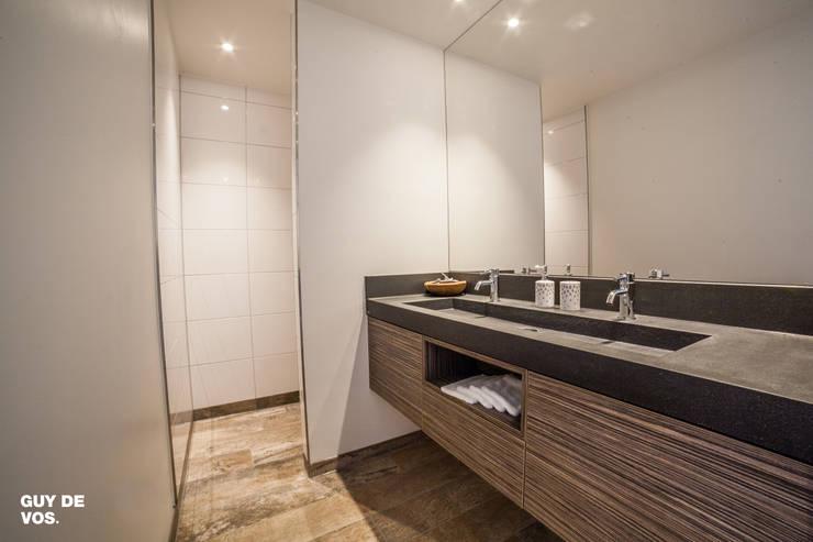 Punt-West: moderne Badkamer door Guy de Vos