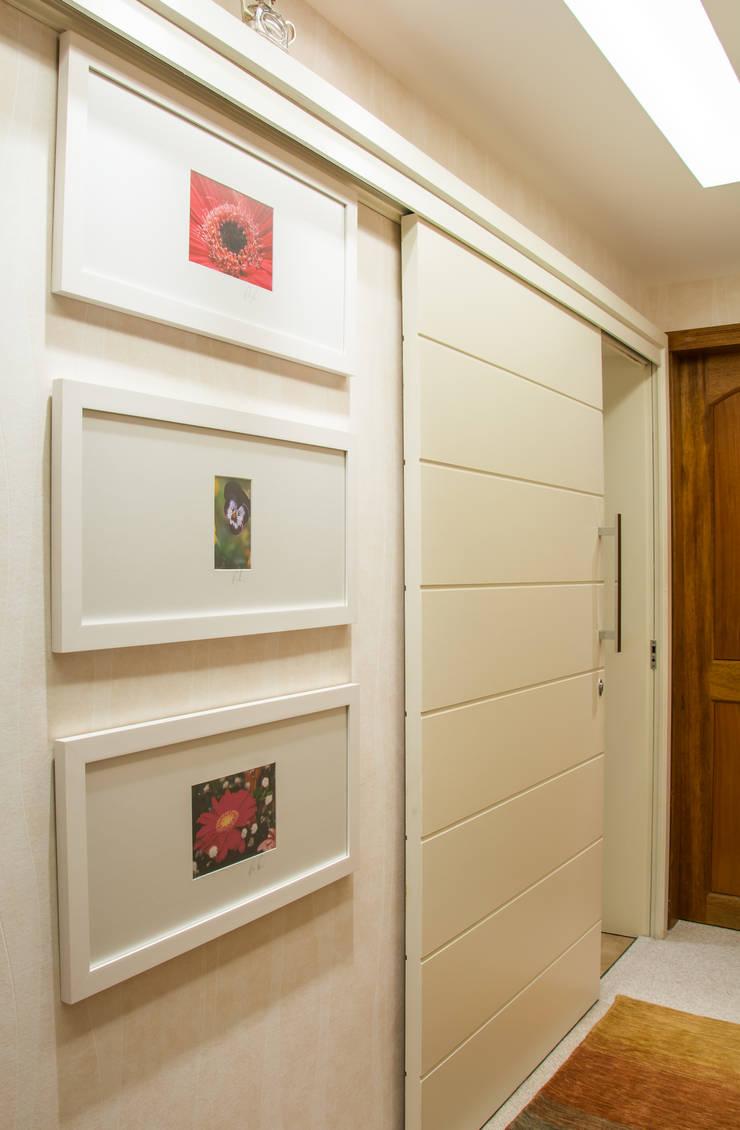 portas de correr na circulação: Corredor, vestíbulo e escadas  por ARQ Ana Lore Burliga Miranda