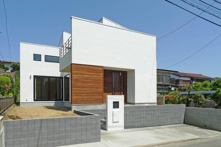 漆喰の外壁: OARK一級建築士事務所が手掛けた家です。