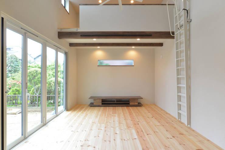 リビング: OARK一級建築士事務所が手掛けたリビングです。
