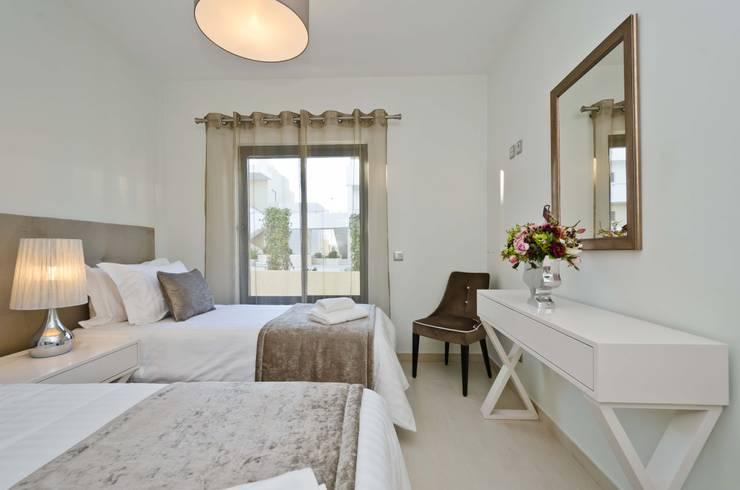 Private Interior Design Project – Apartment in Alvor: Quarto  por Simple Taste Interiors