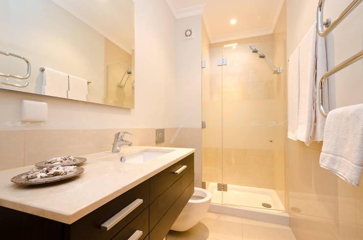 Private Interior Design Project – Apartment Vila Sol Palmyra: Casa de banho  por Simple Taste Interiors