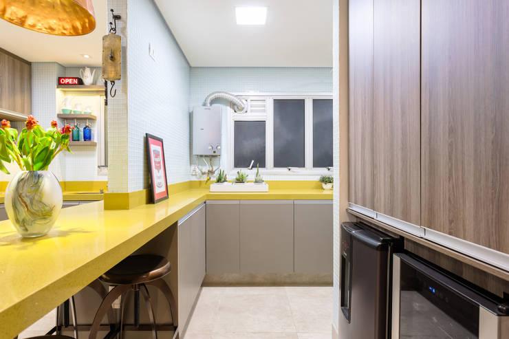 Área de Serviço Integrada com Cozinha: Cozinhas  por Motirõ Arquitetos