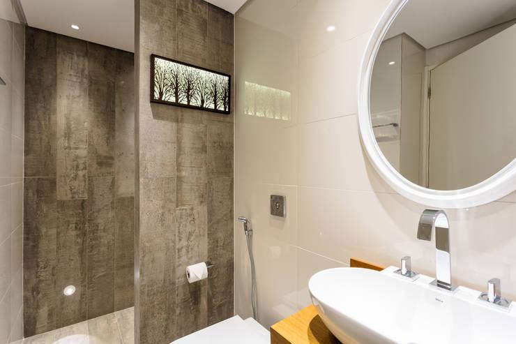 Banheiro Clean: Banheiros  por Motirõ Arquitetos