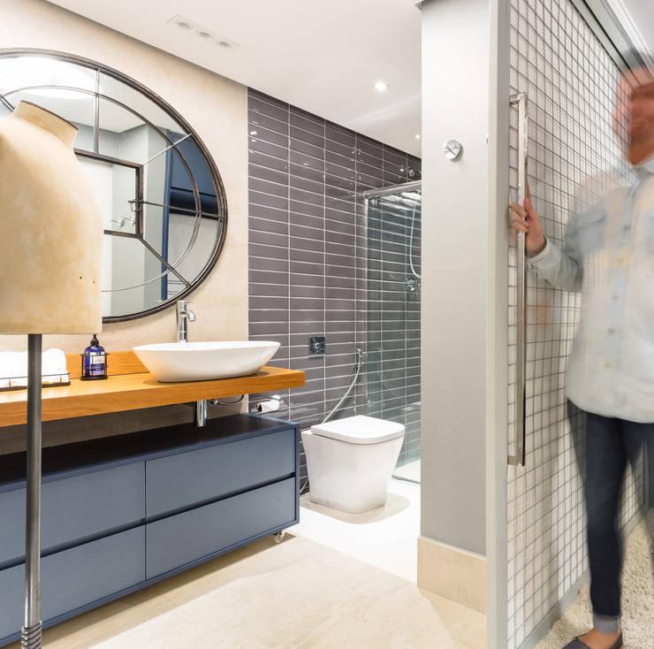 Banheiro Masculino : Banheiros  por Motirõ Arquitetos
