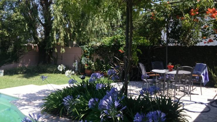 JARDÍN CON PILETA: Jardines de estilo  por milena oitana