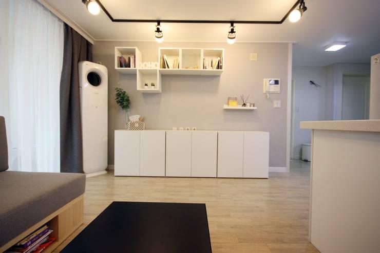 [홈라떼] 책이 가득한 24평 복도식 아파트 홈스타일링: homelatte의  거실