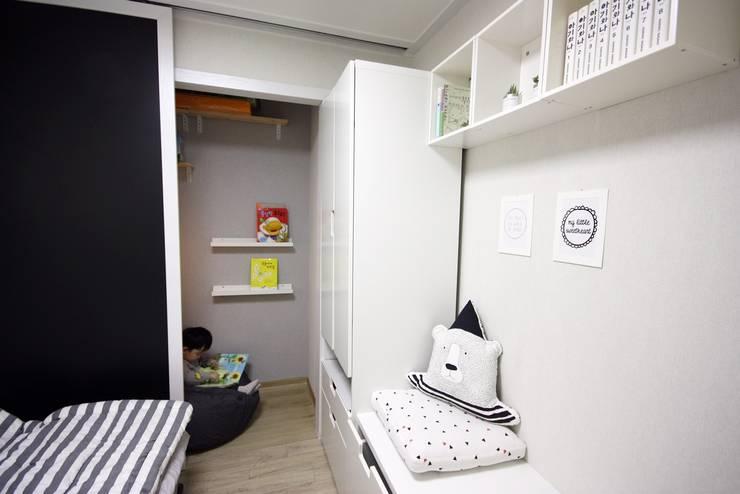 [홈라떼] 책이 가득한 24평 복도식 아파트 홈스타일링: homelatte의  아이방