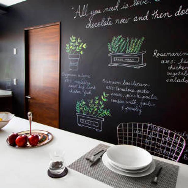 ห้องครัวหรือห้องรับประทานอาหาร:  ห้องครัว by Nantheera