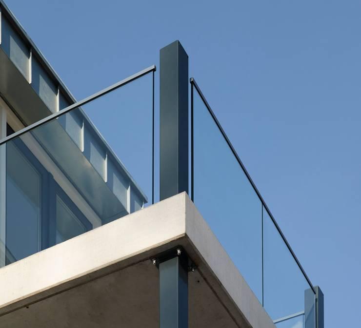 groovEe™ by EeStairs:  Kantoorgebouwen door EeStairs | Stairs and balustrades, Modern Glas