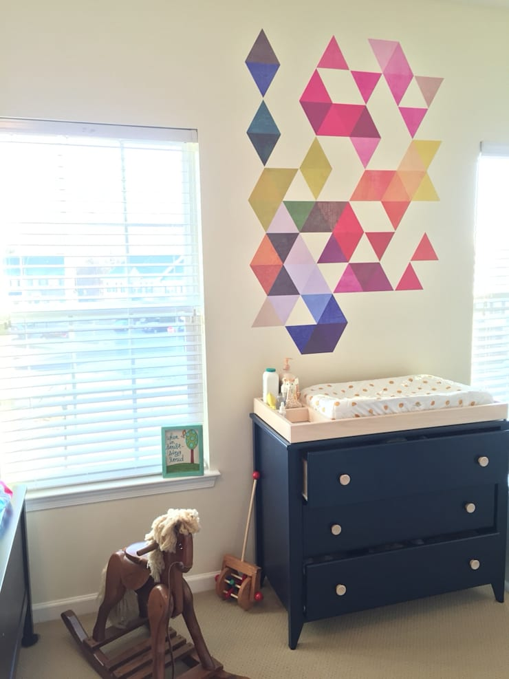 Nursery – Mid Century Style with Multi Colored Triangles Mid Century:   por MOONWALLSTICKERS.COM
