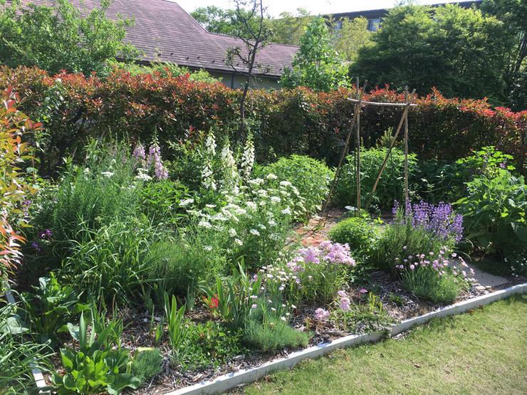 花の庭: 株式会社ガーデンホリックが手掛けたカントリーです。,カントリー 木 木目調
