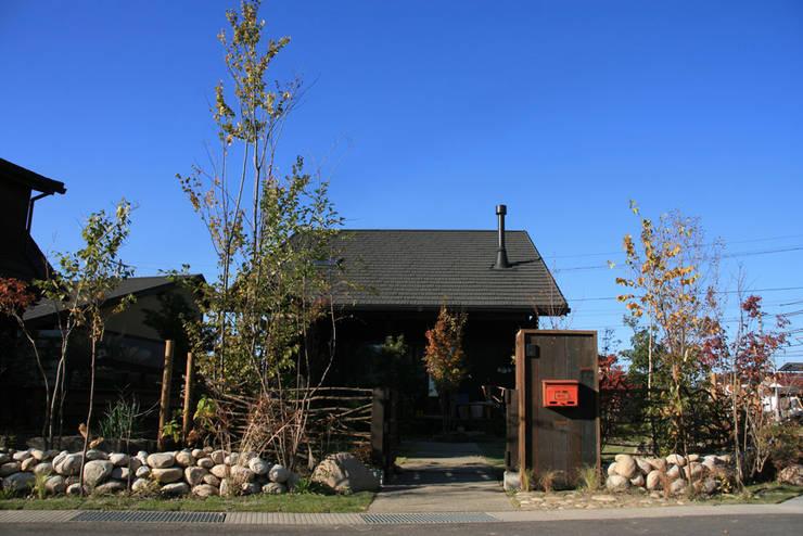 雑木の庭: 株式会社ガーデンホリックが手掛けたカントリーです。,カントリー