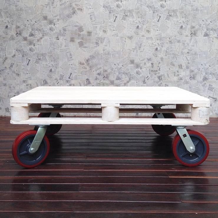 El mundo de los palets:  de estilo industrial por Take It, Industrial Madera Acabado en madera