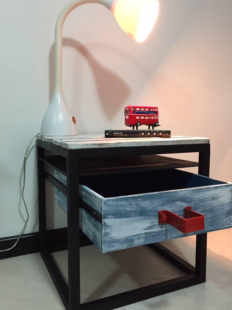 Mesa de noche:  de estilo industrial por Take It, Industrial Hierro/Acero