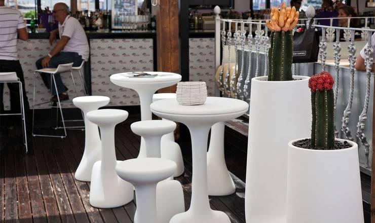 Armillaría Table: Balcones y terrazas de estilo  por Distrito 55