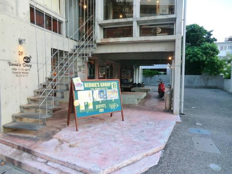綾道に建つ店舗兼住宅: (株)スペースデザイン設計(一級建築士事務所)が手掛けたです。
