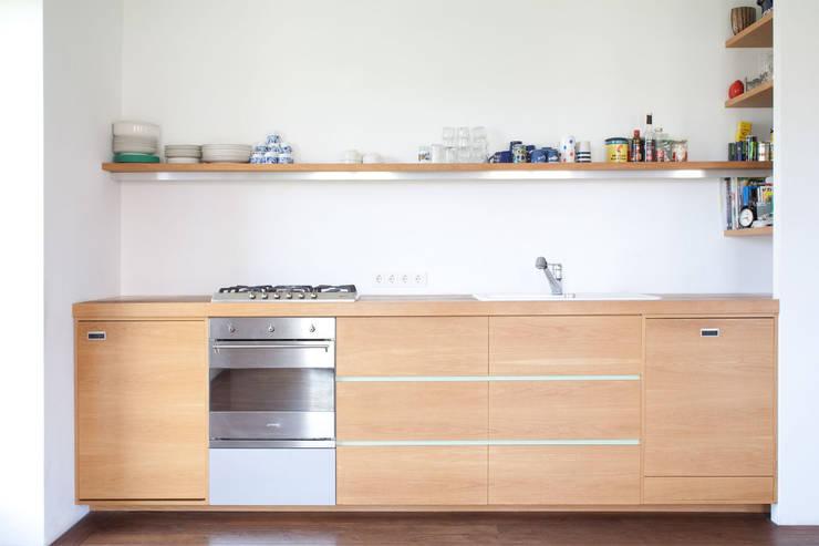 KITCHEN IN OAK: moderne Küche von Maison du Bonheur