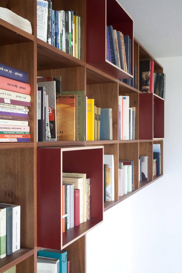 BOOKCASE DETAIL: moderne Wohnzimmer von Maison du Bonheur