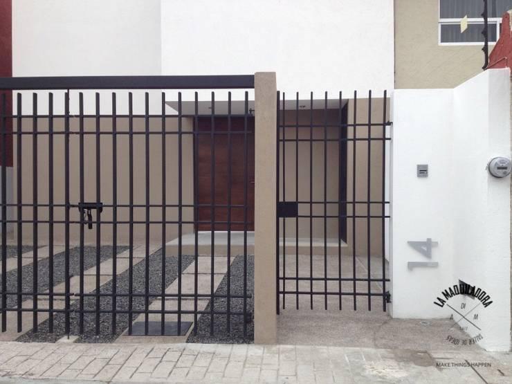 Casa Alborada: Casas de estilo  por La Maquiladora / taller de ideas