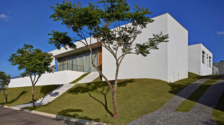 Vista da entrada de autos: Casas  por Lanza Arquitetos