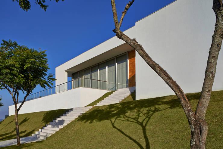 Escada de entrada: Casas  por Lanza Arquitetos