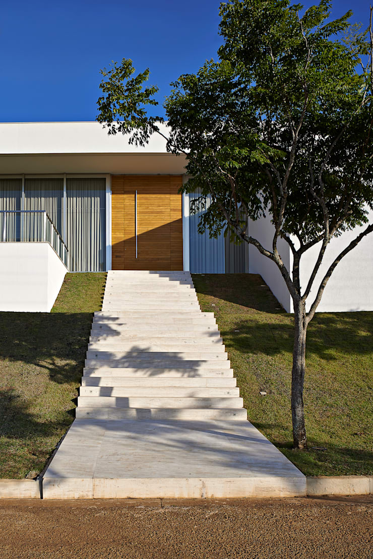 Escada e porta de entrada: Casas  por Lanza Arquitetos
