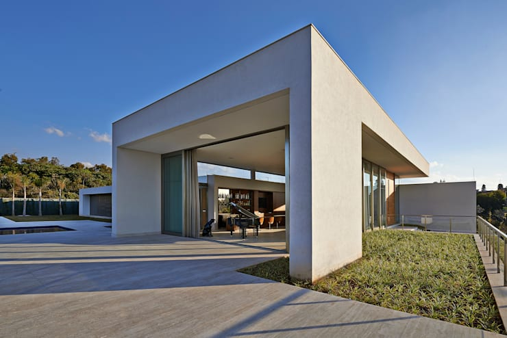 Casa no Condomínio Serra dos Manacás: Casas  por Lanza Arquitetos