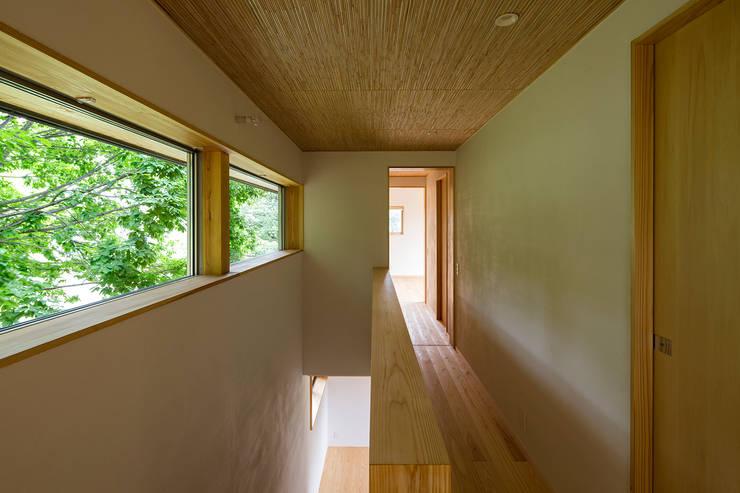 喜連川・傾斜地の家: 中山大輔建築設計事務所/Nakayama Architectsが手掛けた廊下 & 玄関です。
