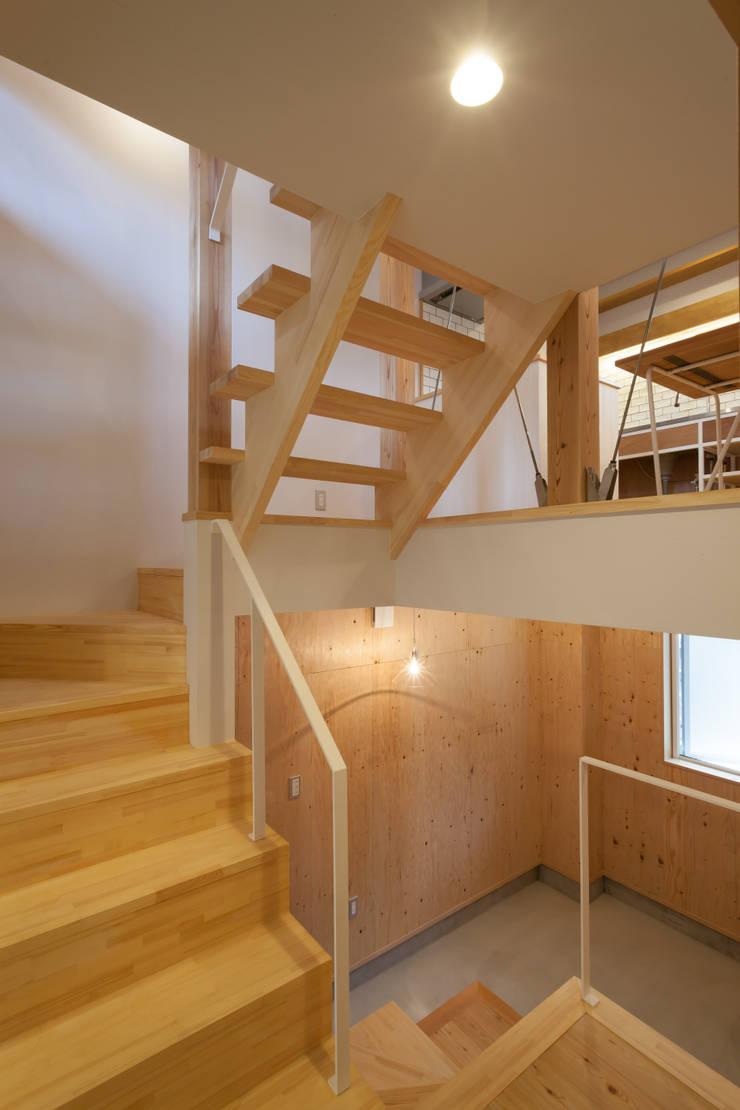スーパースキップフロアハウス: 株式会社グランデザイン一級建築士事務所が手掛けた廊下 & 玄関です。,オリジナル 木 木目調