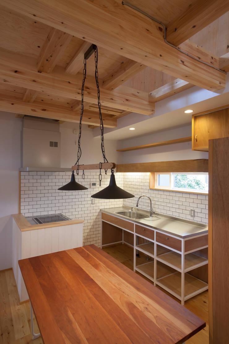 スーパースキップフロアハウス: 株式会社グランデザイン一級建築士事務所が手掛けたキッチンです。,オリジナル 木 木目調