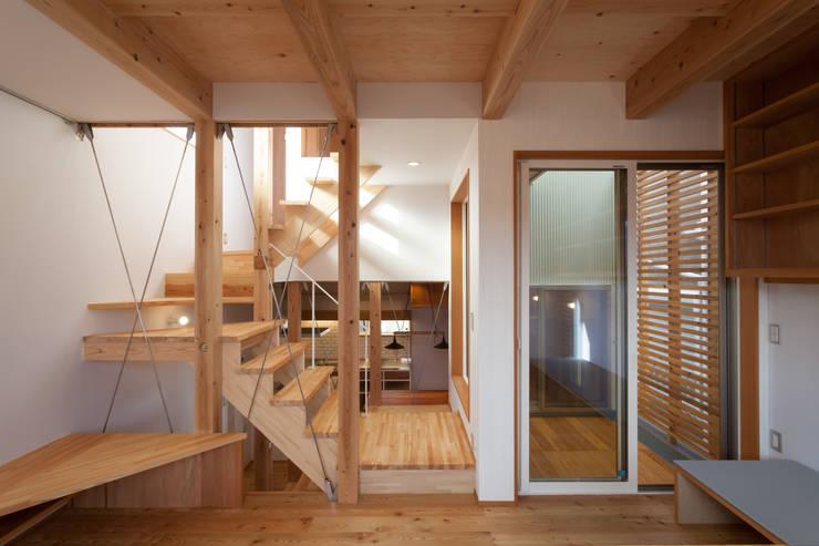スーパースキップフロアハウス: 株式会社グランデザイン一級建築士事務所が手掛けたリビングです。,オリジナル 木 木目調