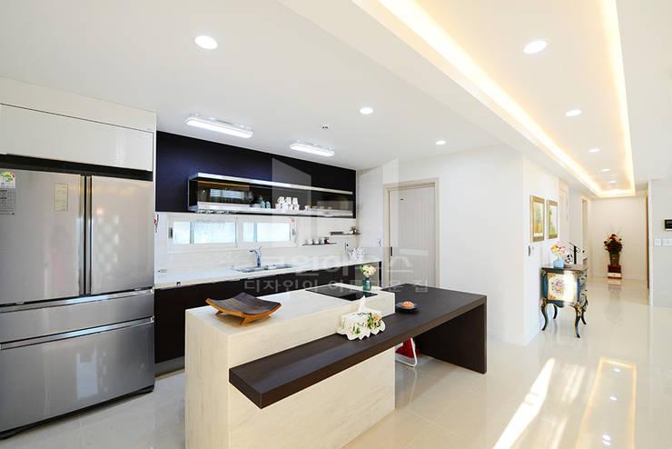 브라운&화이트 톤으로 모던함을 높인 거실: 코원하우스의  주방