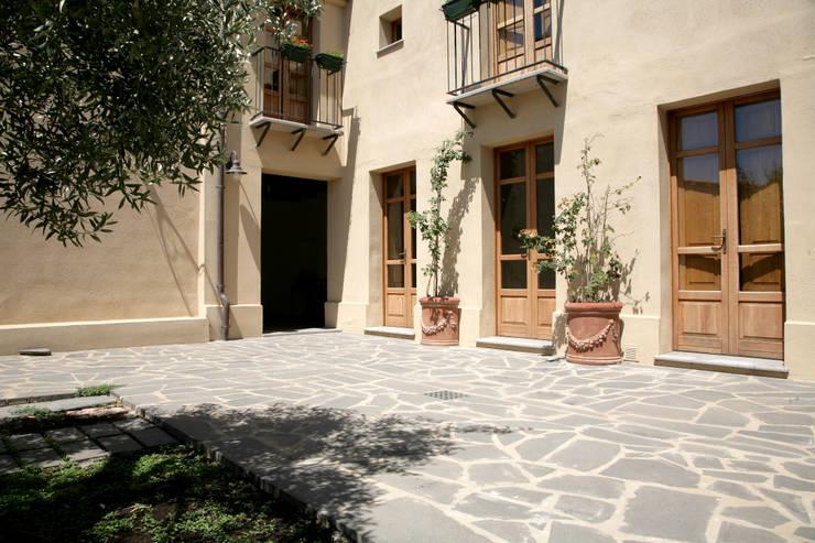Casa in terra cruda: Terrazza in stile  di Studio di Architettura Ortu Pillola e Associati