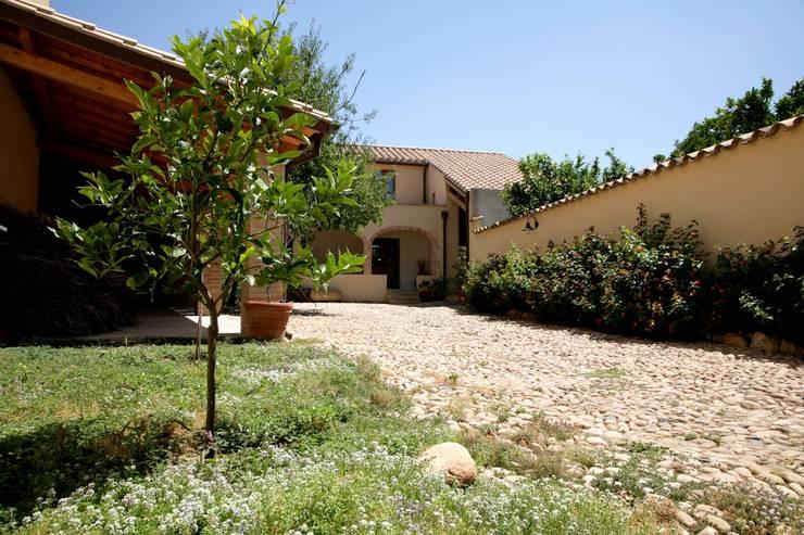 Casa in terra cruda: Giardino in stile  di Studio di Architettura Ortu Pillola e Associati