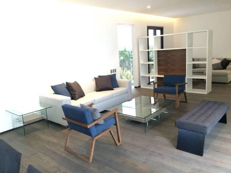 Departamento muestra: Salas de estilo  por Interia Muebles