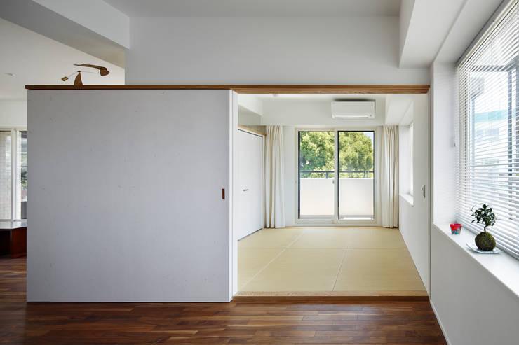 Salas de entretenimiento de estilo moderno de 向山建築設計事務所 Moderno