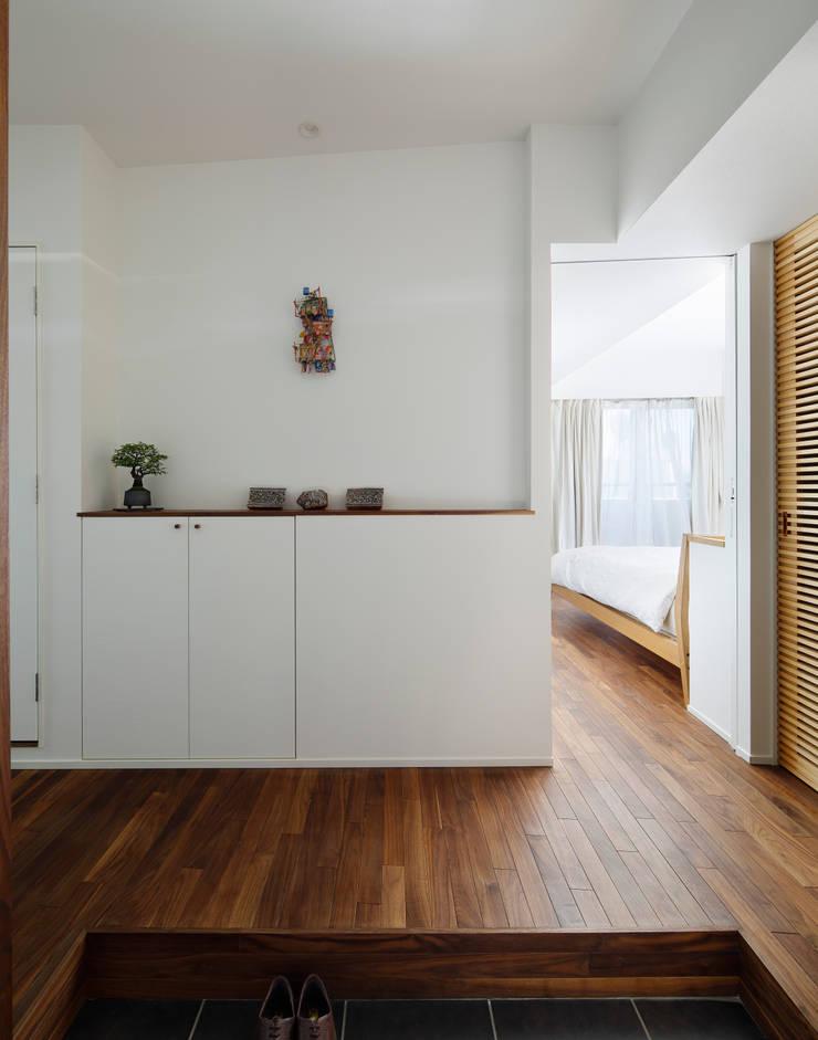 Pasillos, vestíbulos y escaleras de estilo moderno de 向山建築設計事務所 Moderno