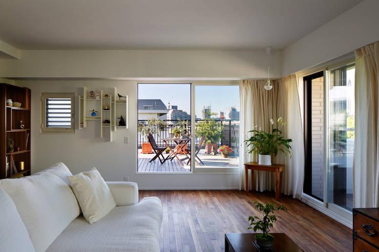 Balcones y terrazas de estilo moderno de 向山建築設計事務所 Moderno