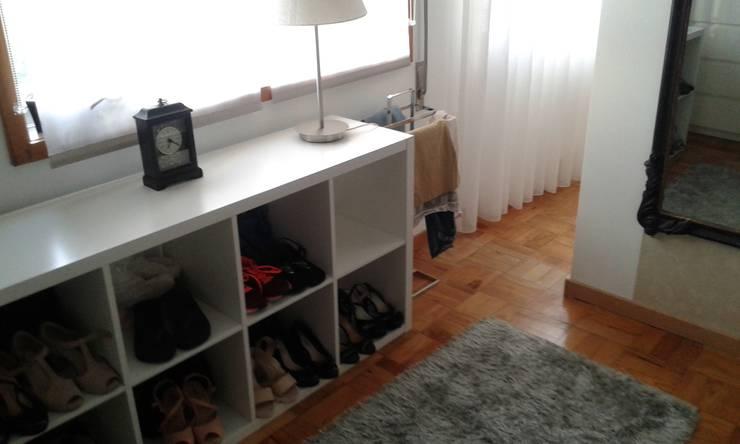 O antes e depois duma moradia com mais de 50 anos : Closets  por Erina Cardoso