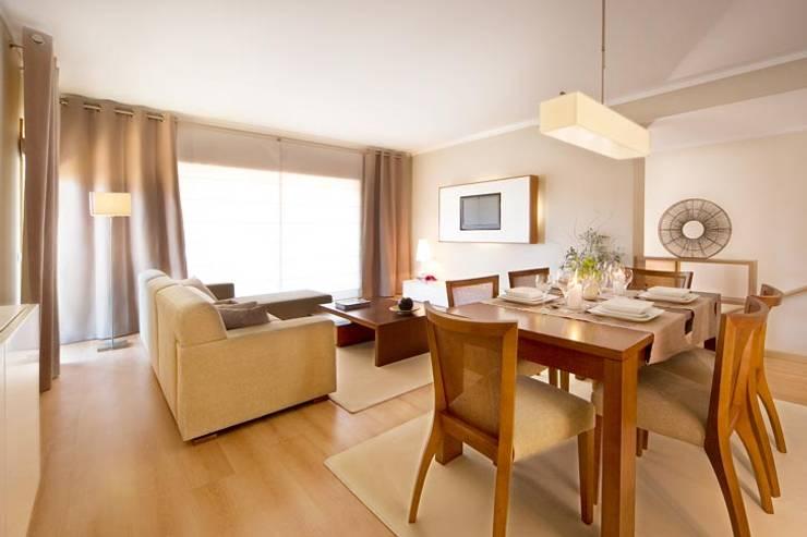 Interior Design Project – Village Marina: Sala de estar  por Simple Taste Interiors
