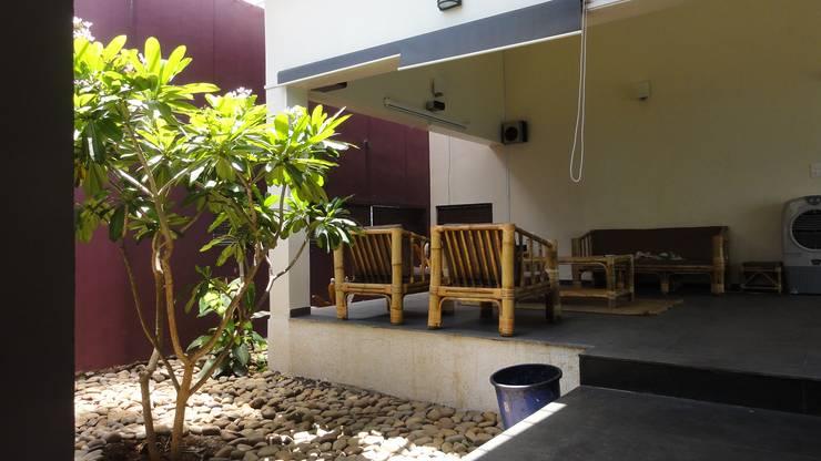 gandhi farm house:  Garden by 4th axis design studio