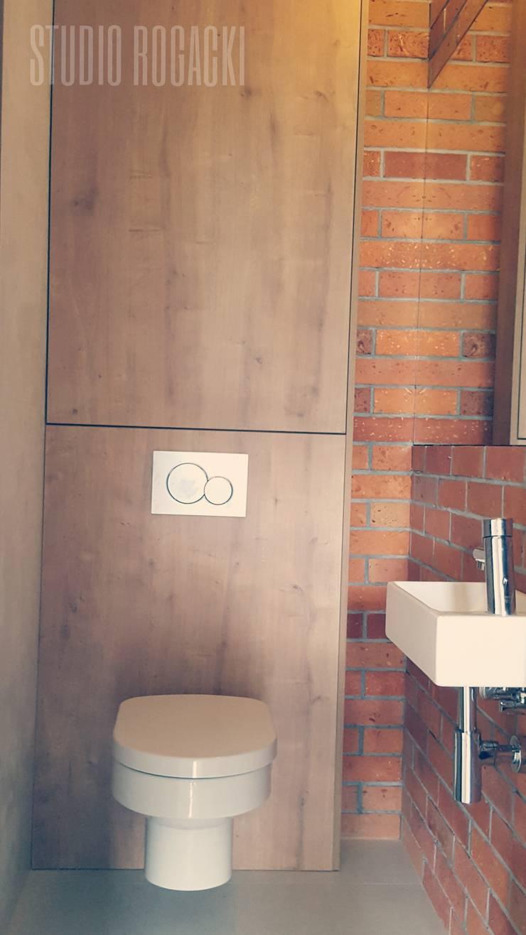 Cegła: styl , w kategorii Łazienka zaprojektowany przez STUDIO ROGACKI