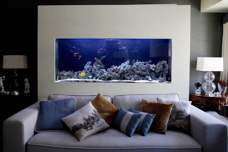 Saltwater aquarium in a living room: Sala de estar  por ADn Aquarium Design