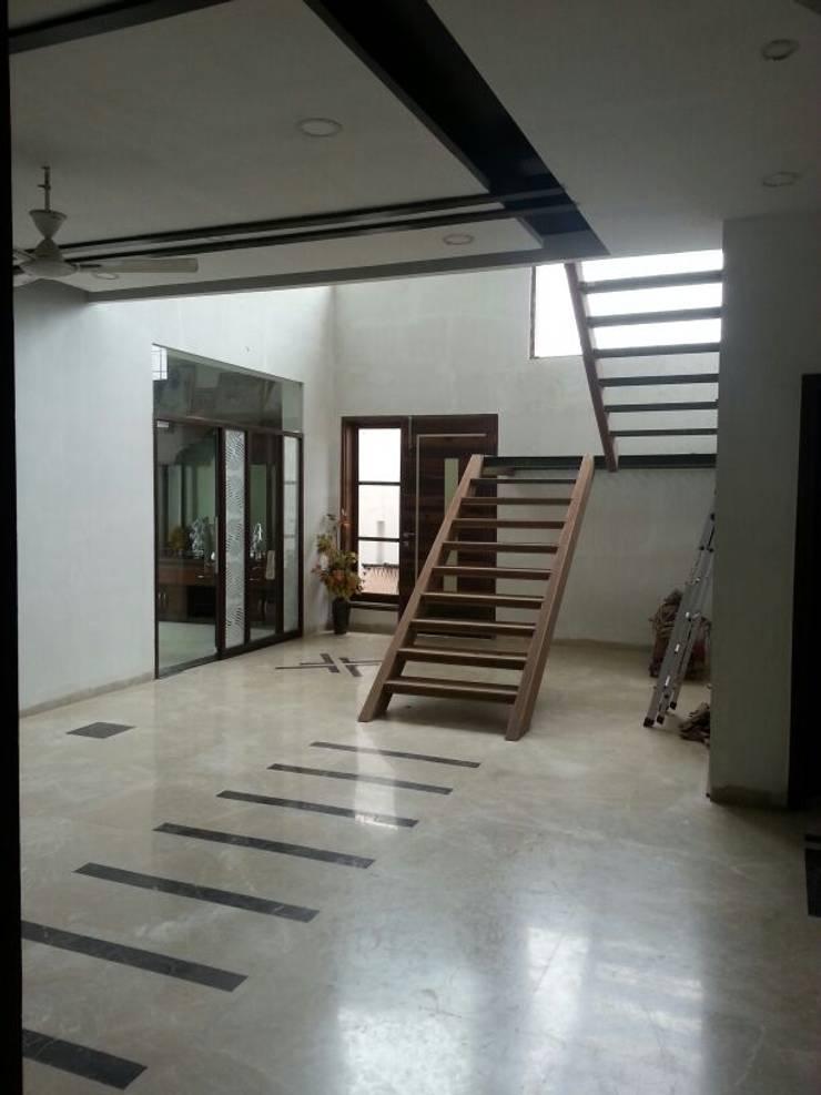 Residential interiors:  Corridor & hallway by Ingenious,Modern