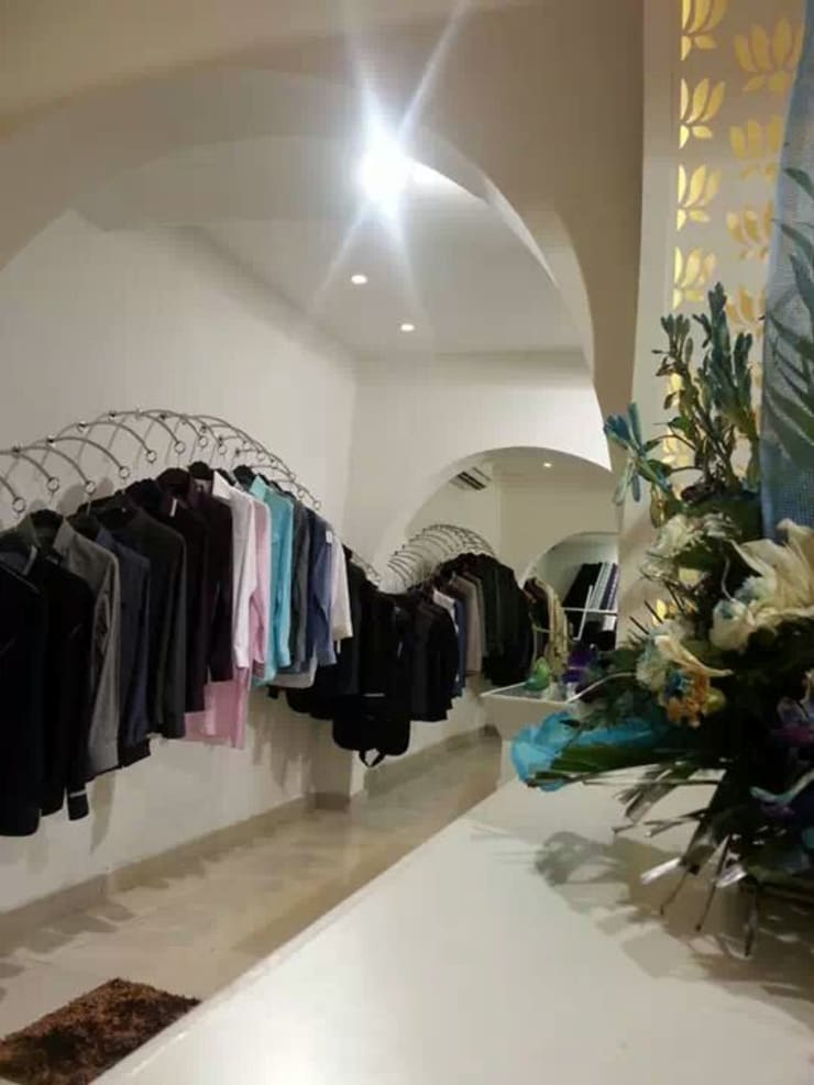 TURQUOISE -designer clothes showroom:  Corridor, hallway & stairs  by Ingenious