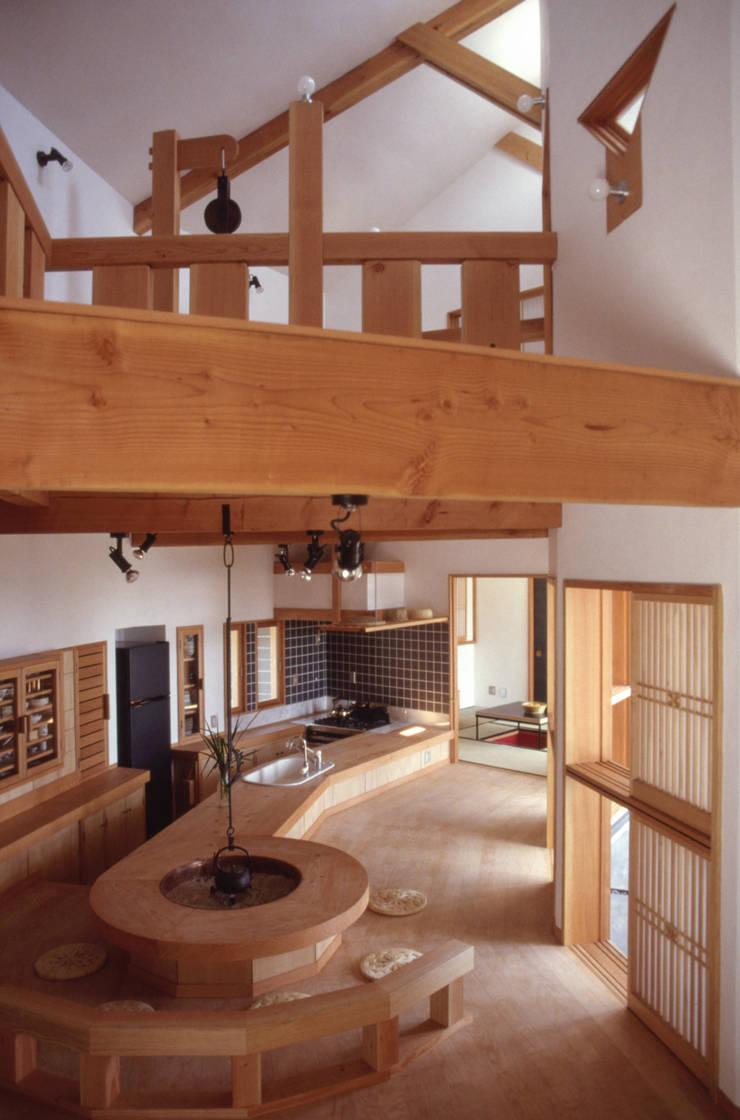 Salas / recibidores de estilo  por (株)独楽蔵 KOMAGURA, Ecléctico