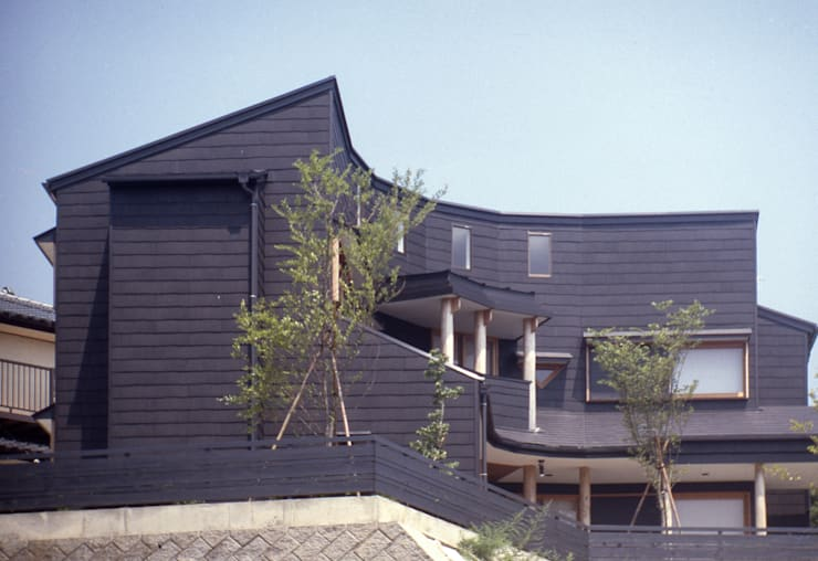 eclectic Houses by (株)独楽蔵 KOMAGURA